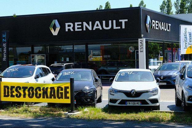 Devant une concession Renault à Castelnaudary, en mai dernier.