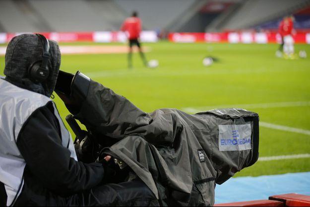 Un cadreur filme la rencontre Lille-Dijon au Stade Pierre-Mauroy, à Lille, dimanche.