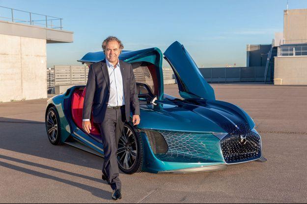 Mardi 25 septembre, sur le site PSA à Vélizy, Luc Chatel devant le prototype de la DS X E-Tense.