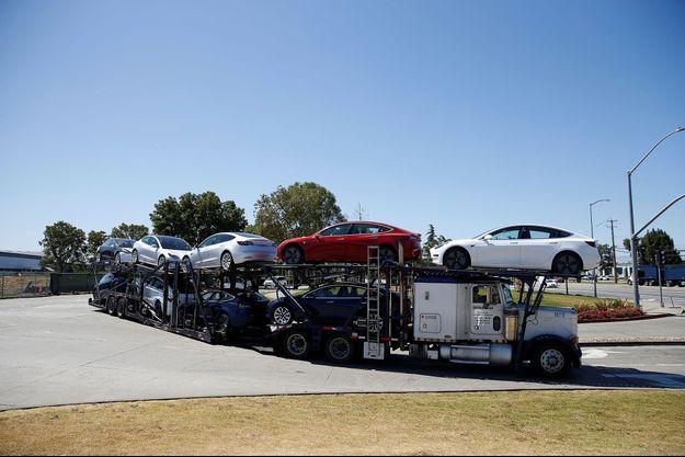 Des Tesla Model 3 quittent l'usine de Fremont, en Californie, le 22 juin dernier.