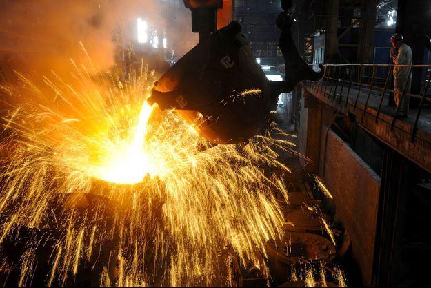 Du fer en fusion, dans une usine de Hefei, en Chine, en septembre 2013. L'acier, composé essentiellement de fer, a vu son cours s'envoler ces dernières semaines.