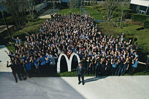 Derrière Nawfal Trabelsi, les dernières recrues, actuellement en formation, pour l'Ile-de-France, des franchisés et des salariés. Au siège de McDonald's France, à Guyancourt, le 21 février.