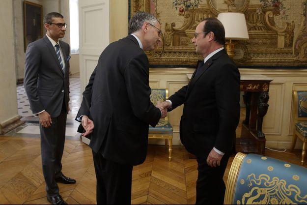 Le patron de Nokia, Rajeev Suri, à gauche, et Michel Combes, patron d'Alcatel-Lucent, mardi, avec François Hollande à l'Elysée.