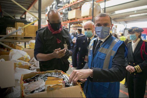 Olivier Dussopt, le ministre des Comptes publics, en visite avec les douanes de l'aéroport de Roissy, le 6 novembre.