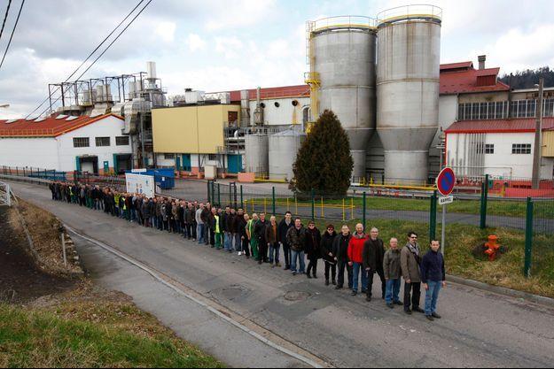 Mercredi 19 février 2014, à midi, les salariés volontaires pour une reprise, devant leur usine, premier employeur de Docelles.