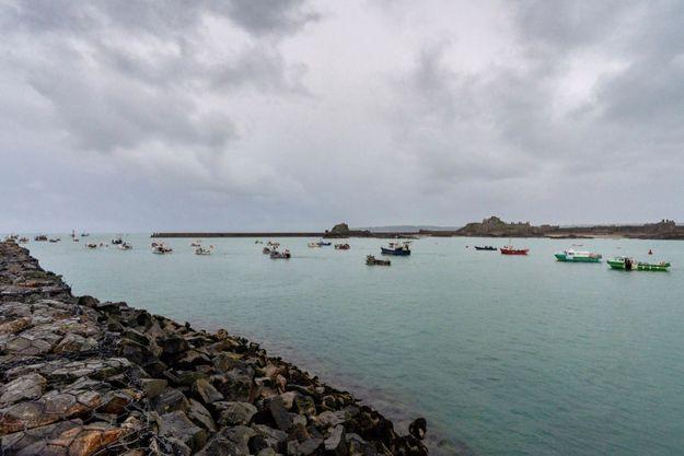 Après s'être approchés de l'entrée du port de Saint-Hélier, la capitale de Jersey, les pêcheurs se sont écartés pour laisser passer un cargo à destination de Guernesey.