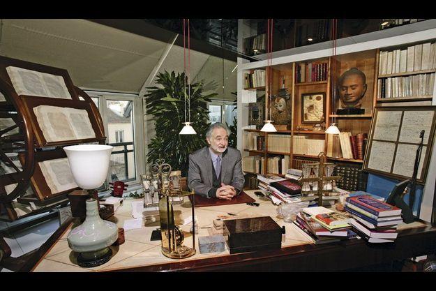 Jacques Attali chez lui, lundi matin. Sur son bureau, à sa droite, un sablier, joyau de sa collection.