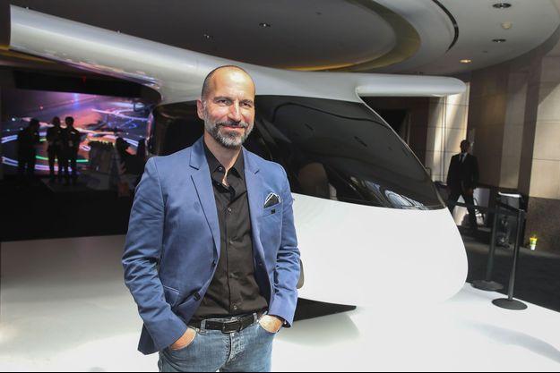 Dara Khosrowshahi, le patron d'Uber, en juin à Washington devant une maquette du Bell Nexus, potentiel futur taxi volant.
