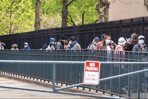 File d'attente pour une distribution de nourriture à New York.