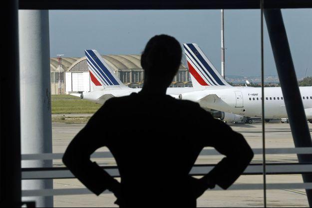 Une salariée d'Air France à l'aéroport Marseille-Provence, mardi.