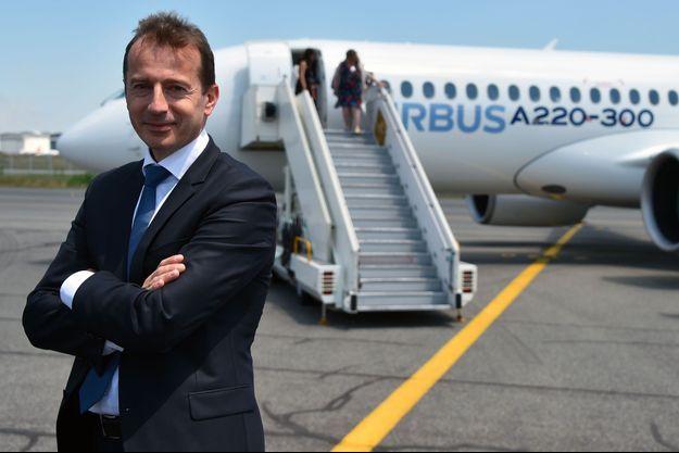 Le nouveau patron d'Airbus pose en juillet dernier devant un Airbus A220, sur le tarmac de l'usine de Colomiers, en Haute-Garonne.