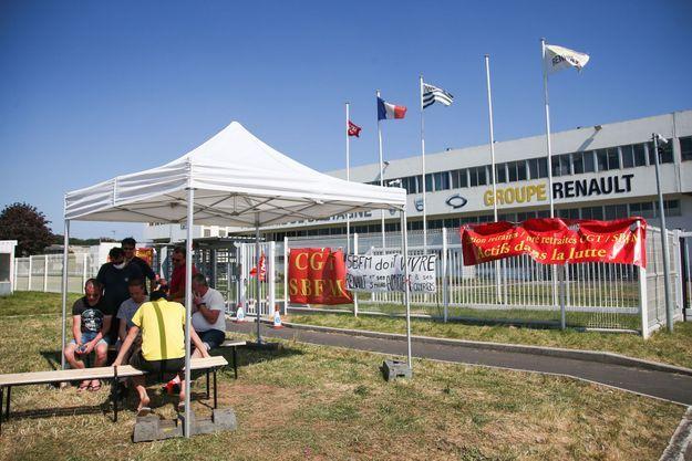 Des salariés écoutent l'allocution télévisée d'Emmanuel Macron sur l'industrie automobile a la Fonderie de Bretagne, usine du groupe Renault à Caudan dans le Morbihan, le 26 mai 2020. Avec trois autres usines Renault en France, l'usine est menacée de fermeture.