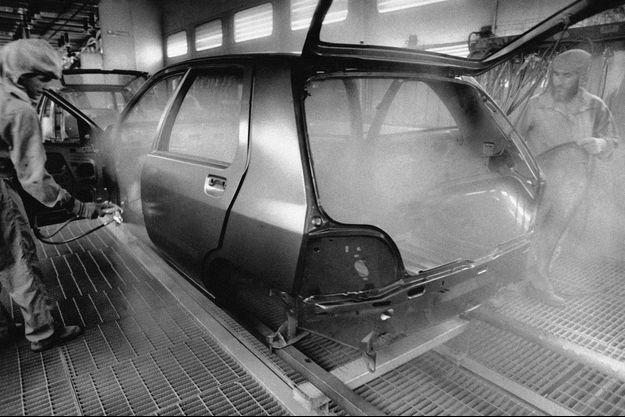 Peinture d'une Renault Clio première génération dans l'atelier de l'usine de Flins, en 1990.