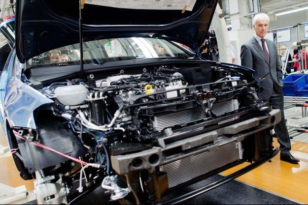 Matthias Müller, le nouveau patron de Volkswagen, visite une usine où est fabriquée la Golf à Wolfsburg, en Allemagne.