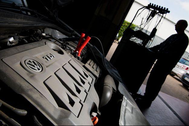 Test d'une Volkswagen Golf diesel lors d'un rappel suite au scandale des émissions des moteurs diesel, en juin 2016.