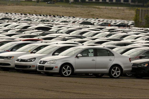 Stockées sur un parking de Pontiac, dans le Michigan, des dizaines de voitures que Volkswagen a été contraint de racheter à ses clients trompés.