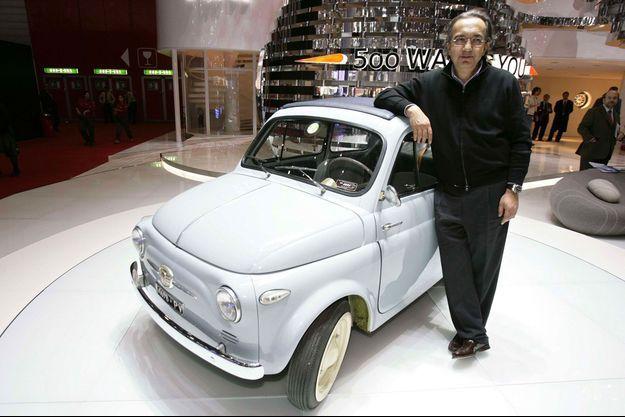 Sergio Marchionne au salon de l'automobile de Genève, en mars 2007, avec une Fiat 500 originelle.
