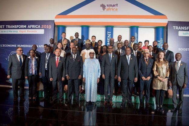 Au premier rang, de g. à dr., à partir du 5e : Lacina Koné, directeur de Smart Africa, Ibrahim Boubacar Keïta, président du Mali, Paul Kagame, président du Rwanda, et Uhuru Kenyatta, président du Kenya, à Kigali le 15 mai.