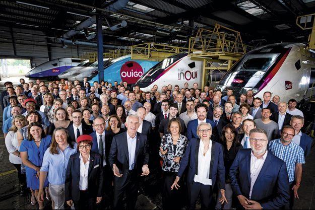 Au technicentre de Châtillon, le 14 juin, Guillaume Pepy (paumes ouvertes), président du directoire, et Patrick Jeantet (à sa droite), président de SNCF Réseau, avec les équipes de commerciaux, agents et techniciens qui travaillent sur les deux lignes.