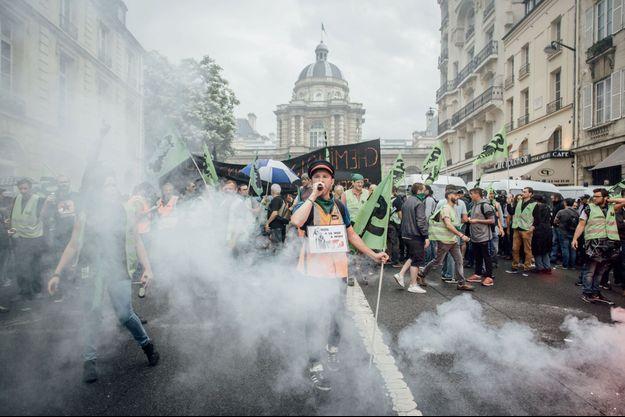 """A l'appel de Sud Rail, manifestation le 11 juin entre l'Assemblée et le Sénat, à la veille de la """"journée de la colère cheminote""""."""