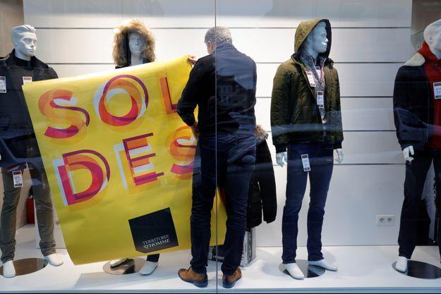 Un magasin se prépare pour les soldes, à Cambrai.