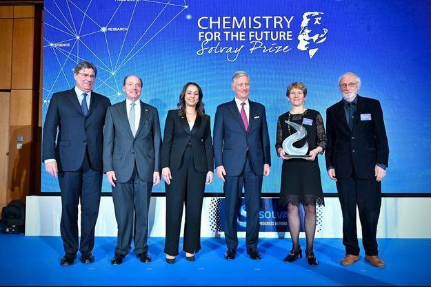 Sur scène, de gauche à droite : Nicolas Boël, Président du Conseil du groupe Solvay, son excellence Ronald J. Gidwitz, Ambassadeur des Etats-Unis, Ilham Kadri, CEO du groupe Solvay, Sa Majesté le Roi Philippe de Belgique, Carolyn Bertozzi (Lauréate 2020 du Solvay Prize), Håkan Wennerström, President du Jury du Solvay Prize.