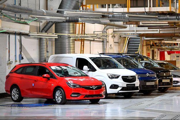 Dans l'usine Vauxhall de Ellsmere Port, en Angleterre, début juillet. La marque britannique, qui commercialise des véhicules Opel rebadgés au Royaume-Uni, est désormais dans le giron de Stellantis. Des modèles Peugeot et Citroën seront donc fabriqués à Ellsmere Port.