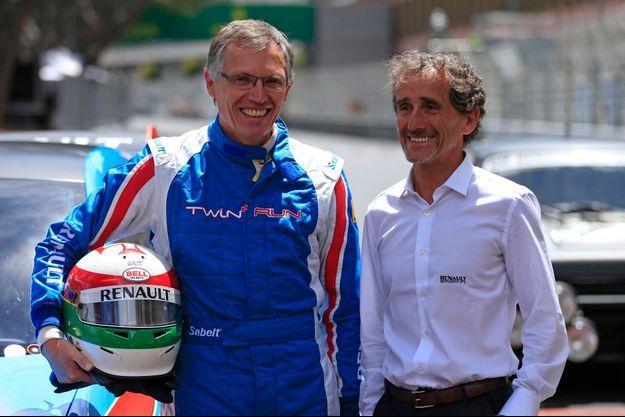 Carlos Tavares, ici aux côtés d'Alain Prost, est un passionné de courses automobiles.