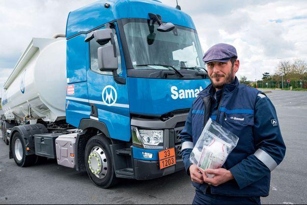 Kevin Garnier, conducteur de matières dangereuses, sur l'aire de repos de Sarthe Touraine, le 3 avril.