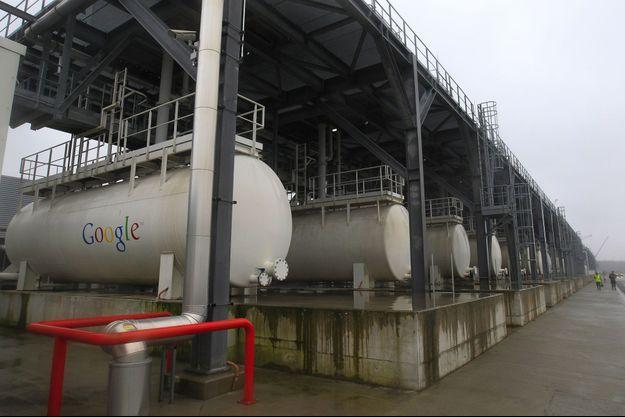 """Des réservoirs de liquide de refroidissement dans un """"data center"""" de Google en Belgique, en 2013."""