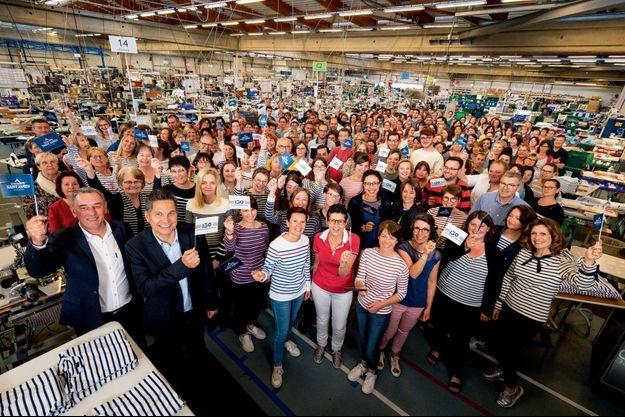 Le 16 mai dernier, les salariés des tricots avec, au premier plan, de g.à dr., Patrice Guinebault, DG, et Luc Lesénécal, président du directoire.