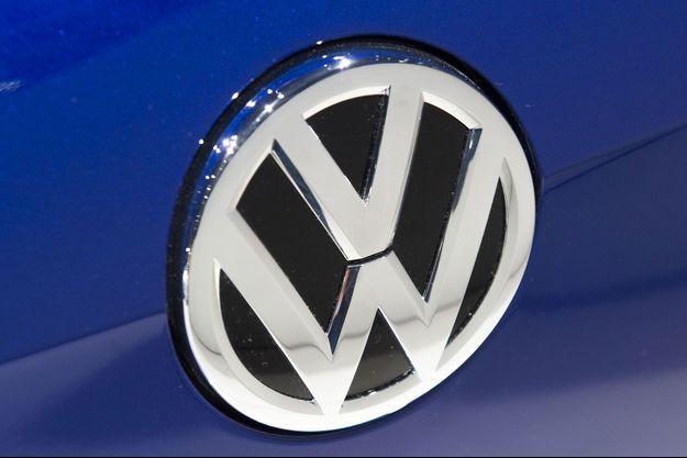 Logo Volkswagen sur le capot d'une voiture exposée au salon de l'automobile de Detroit.