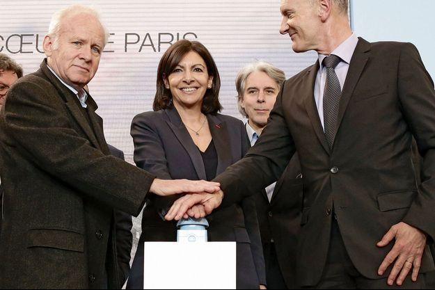La maire de Paris, Anne Hidalgo, entourée de Patrick Berger, architecte de la Canopée, et de Christophe Cuvillier