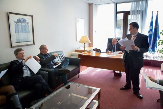 Monday, March 9, in Brussels. Yanis Varoufakis is working with american economist Jeffrey Sachs (on his right). Behind the desk, Nikos Theocharakis, another economist. Standing, his adviser Ioannis Brachos.
