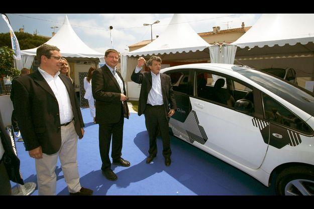 Jean-Louis Borloo vient de recevoir les clés de la Citroën C-Zéro, véhicule 100% électrique.
