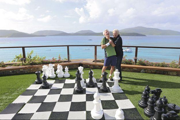 Mi-novembre, à Necker Island, dans sa propriété. Sur le gazon de la villa, en surplomb de la mer, on pourrait jouer au golf, mais Richard Branson et Björn Borg préfèrent les pions aux clubs.