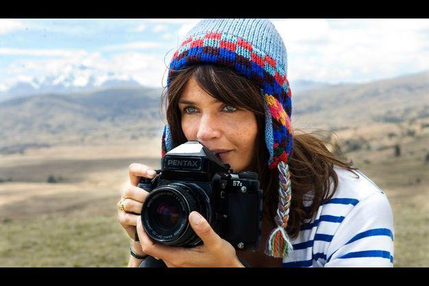 Retour aux sources. Bonnet traditionnel encadrant son visage félin, Helena Christensen retrouve le pays de sa mère, le Pérou. Petite, elle y passait ses étés avec sa sœur.