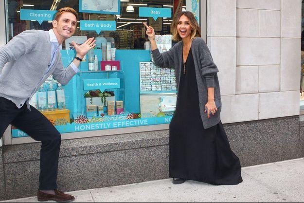 Jessica Alba devant l'une de ses boutiques, le 14 avril 2015.