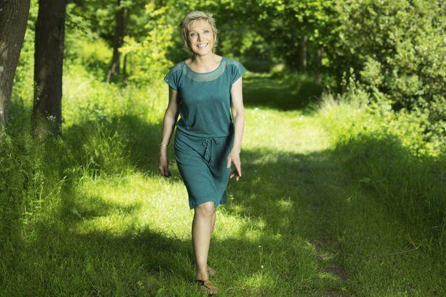 Evelyne Dhéliat chez elle, dans sa maison non loin de Paris mais en pleine nature.
