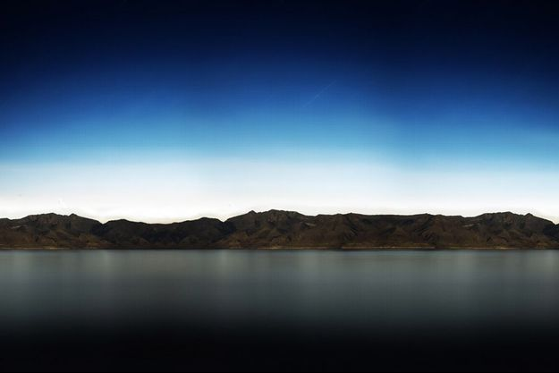 "Le fonds d'écran par défaut d'iPad, ""Pyramid Lake (at Night)"" de Richard Misrach."