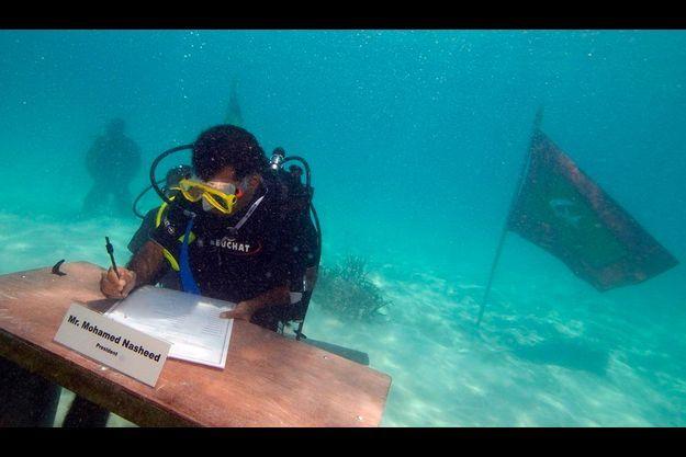 Mohamed Nasheed, premier président des Maldives élu démocratiquement avait, symboliquement, tenu un conseil des ministres sous la mer en octobre dernier. Un signe fort pour cet archipel dont l'existence est menacée par la montée des eaux.