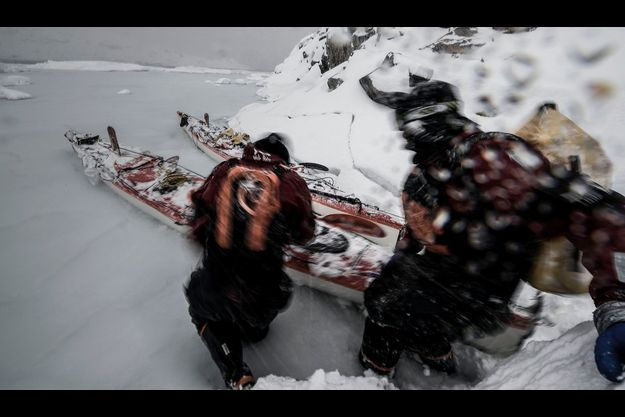 Impossible de faire demi-tour ou d'appeler à l'aide : dans la tempête, Vincent Berthet (à g.) et Alban Michon repartent à l'assaut du froid et du vent.