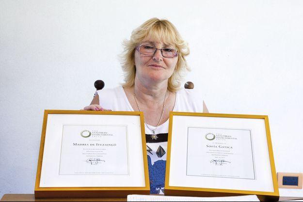 Sofia Gatica montre fièrement le prix Goldman de l'environnement, décerné en 2012 et qui a donné un porte-voix à son combat.