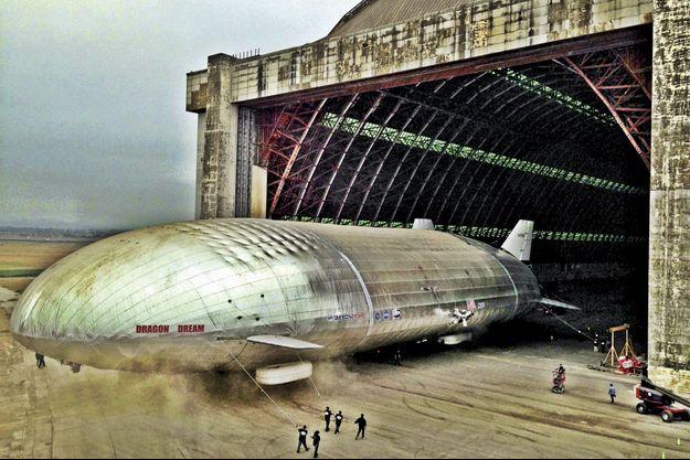"""Le """"Dragon Dream"""", un paquebot volant (hauteur: 36 m, largeur: 53 m, vitesse: 200 km/h, altitude: 4 000 m)."""