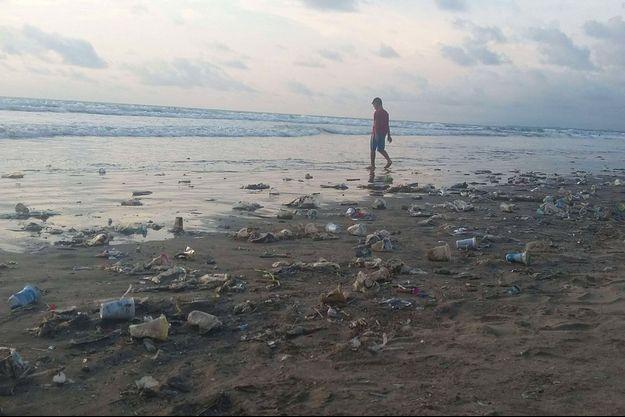 Les déchets jonchent la plage de Kuta Beach de Bali.