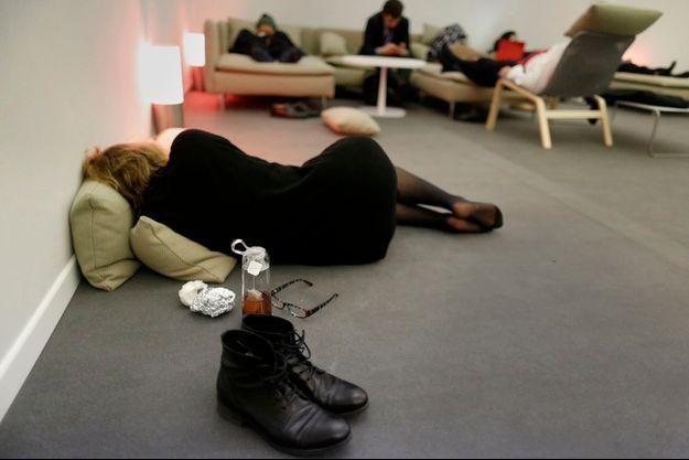 Au Bourget, jeudi. La fatigue gagne certains participants, alors que les discussions s'éternisent dans la nuit.