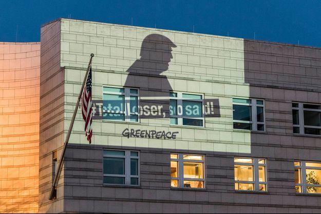 A Berlin, Greenpeace projette un message contre Trump sur les murs de l'ambassade des États-Unis.