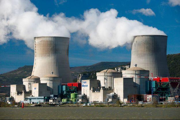 La centrale nucléaire de Cruas, ici photographiée en 2017, va voir ses réacteurs arrêtés suite au séisme qui a frappé l'Ardèche, lundi.
