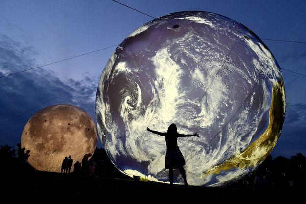 Illustration d'une planète Terre (gonflable).