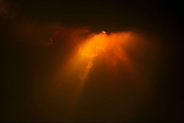 Coucher de soleil lugubre causé par les incendies, à Canberra.